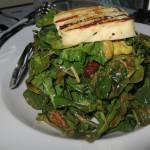 σαλάτα αγριορόκας (με ψητά λαχανικά, λιαστή ντομάτα, λόλα, βινεγκρέτ με μπαλσάμικο και χαλούμι σχάρας)