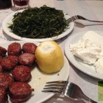 kea_tzia Το Στέκι ντόπιο τυρί ξυνό από κατσικίσιο γάλα, λουκάνικα αρωματισμένα με θρούμπι σαλάτα με αλμύρα