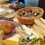 kythnos τα φημισμένα αμυγδαλωτά και τα γεμιστά σύκα με σουσάμι και αμύγδαλο