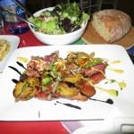 Καπνιστή μπριζόλα χοιρινή με λαχανικά σωτέ και σάλτσα σόγιας
