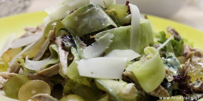 Πράσινη σαλάτα με κοτόπουλο και σος μουστάρδας