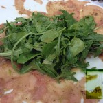 sotovikis-spiti καρπάτσιο τόνου με φρεσκοτριμμένο πιπέρι και ξύσμα λεμονιού και ελαιόλαδο που συνοδευόταν με άγρια ρόκα