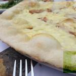 sotovikis-spiti πίτσα με παντσέτα, τυρί πεκορίνο και αυγό πάνω σε λεπτό φύλλο ζύμης (το αυγό είναι χτυπημένο και ψημένο και έχει το τυρί από πάνω)
