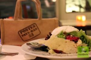δροσερά φύλλα μαρουλιού και μπισκότο παρμεζάνας ενώ στην κορυφή, ένα πεντανόστιμο αυγό ποσέ