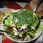 Πρασινάδες με μανιτάρια, κοτόπουλο, άνηθο, ξινόμηλα, μούρα της ευτυχίας, ρόδι, κρουτόν, φιλέτα από μοσχολέμονο, αμύγδαλα, βινεγκρέτ από λεμόνι, γλυκό τσίλι και ελαιόλαδο