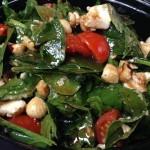 σαλάτα ρόκα (baby ρόκα, σπανάκι, ντοματίνια, κατσικίσιο τυρί, φουντούκια και σάλτσα μελιού)